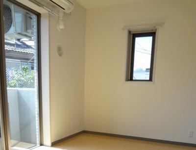 2面採光の明るい居室スペース