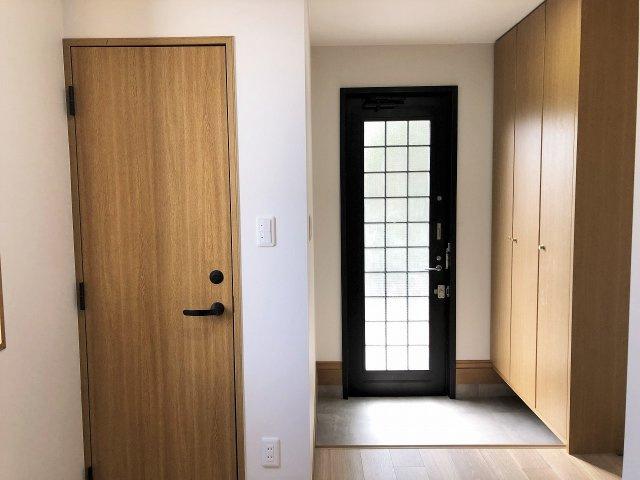 玄関ドアがガラス張りになっているので陽射しが射し込み明るいです。