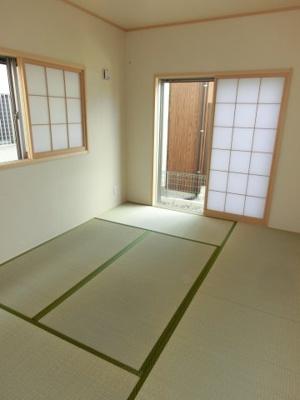 (同仕様写真)LDKと続き間の和室は南向きで日当りも良好。押入もあるので来客用の座布団なども収納可能です。
