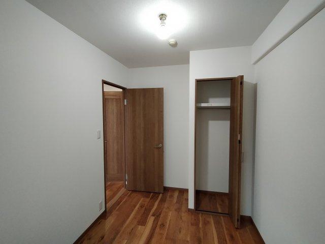 洋室(約5.0帖):クローゼットがあり、収納便利です。