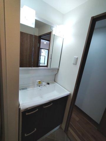 3面鏡洗面化粧台には収納がたっぷりあるので、朝の身支度もスムーズに行えますね♪