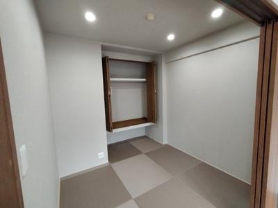 和室(5.5帖):琉球畳風のモダンな和室です。 ダウンライトでスッキリした印象です。