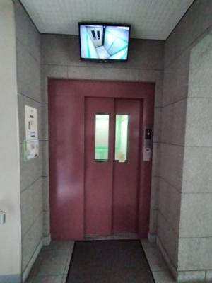 エレベーターにはモニタがついており安心です。