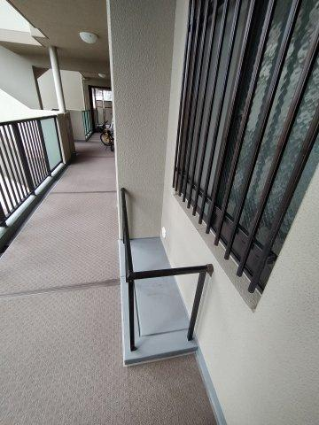 共用廊下には室外機置き場がございます。