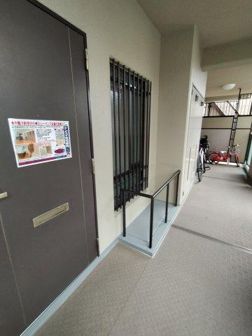 玄関前の共用廊下です。窓には格子が付いていて安心ですね♪