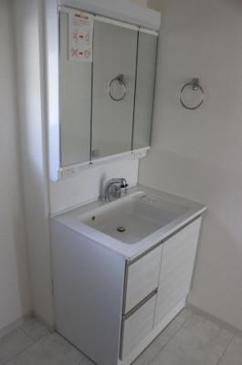 ミラー扉の内側がすべて収納スペースになっています。洗面・洗髪はもちろん、掃除・洗濯と水仕事全般に使える新設設計。