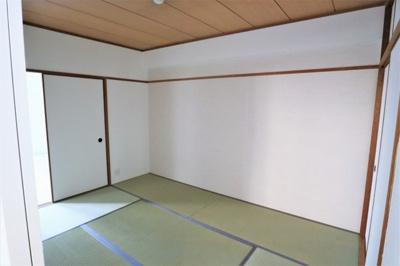 和室 約6.0帖には押入れと天袋が有ります