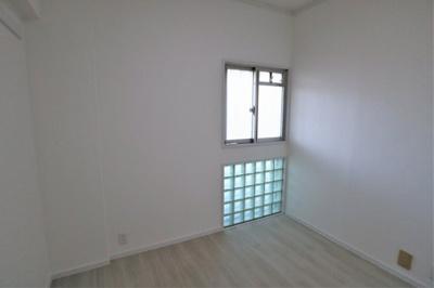 洋室 約4.6帖 ガラスブロックがかわいい♪
