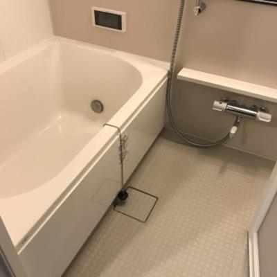 「浴室カラーTV付きのバスルーム」