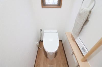 寒い冬でも温かい便座と温かいシャワーで快適な温水洗浄便座付トイレ。換気窓も設けられております!