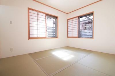 足を伸ばしてゆっくり寛げる和室でリラックスタイム!2面採光で心地よい陽光と風が舞い込む空間です。