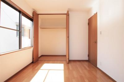 全居室に収納が備わっております!洋服や小物などを収納し、お部屋をより広くお使いいただけます。