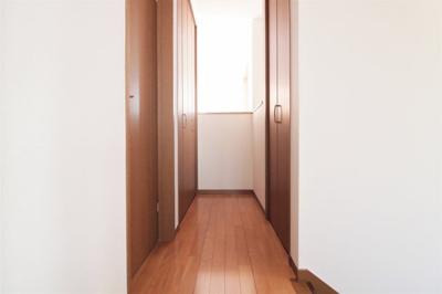 2階の廊下には2箇所の収納をご用意!お掃除道具や日用品など、用途に合わせてお使いいただけます。