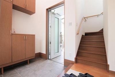 吹き抜けになっており、明るく開放感のある玄関♪シューズボックス付きで玄関まわりもスッキリ片付きます。
