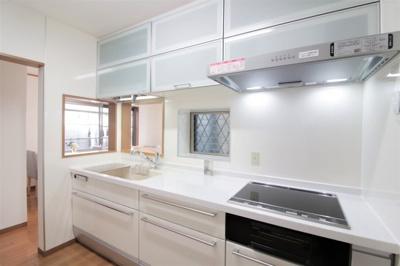 吊戸棚や下部にたっぷりと収納スペースが確保されたシステムキッチン♪ゴミ出しに便利な勝手口付きです。