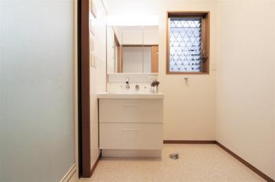 洗濯機置き場と脱衣スペースもしっかりと確保されている洗面室。換気窓があるのでいつでも心地よい空間に!