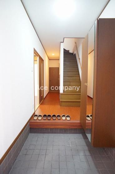 ゆとりある玄関ホール☆階段下収納あります♪