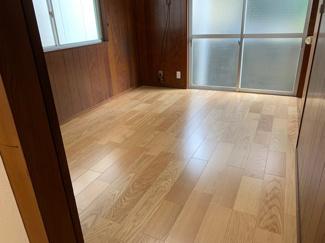 洋室の床面を張り替えています