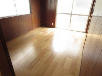1階の洋室、床面を張り替えています