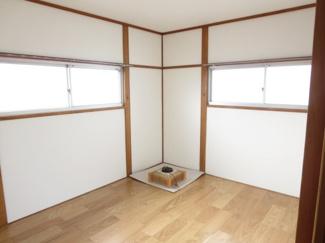 2階の洋室、壁紙を張り替えています