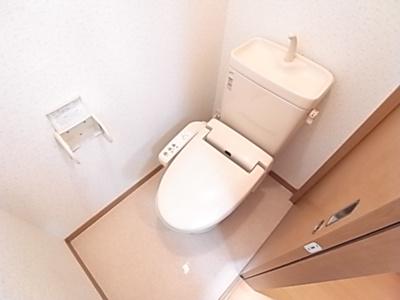 好評の温水洗浄便座もついてるトイレです。