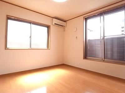 明るい日差しが差し込むお部屋です。
