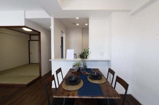 ダイニングテーブルを設置して、ご家族と食事が楽しみになる綺麗な室内に生まれ変わっております♪南向きいっぱいのLDKは、たくさんの光が差込み明るい団欒スペースですよ!