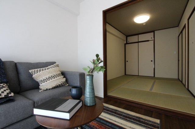 LDKに和室が隣接◇畳表替&襖貼替が済んだ綺麗な室内をご利用いただけます!客間やお子様の遊び場、柔らかな畳はくつろぎスペースとして重宝します。小さなお子様がいるご家族は布団を敷いて寝室としても◎