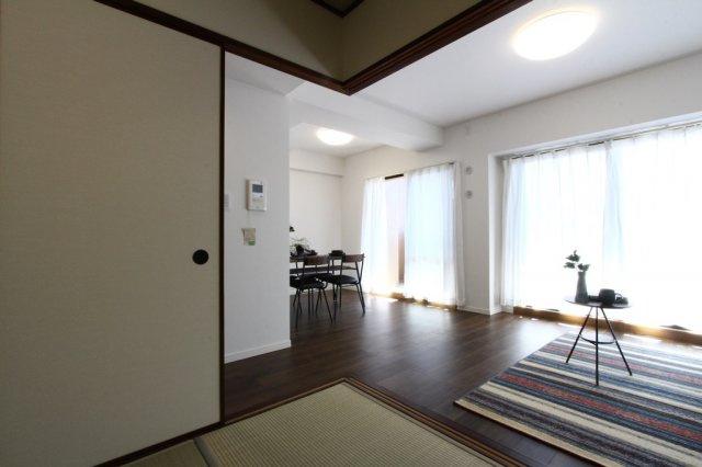 大きな窓が備わった、南向きで陽当たり良好の室内♪明るい陽だまり感じる快適な住環境です♪3階部分のためプライベートも確保されております!