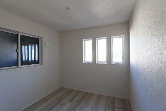 2階の洋室には、各部屋にクローゼットが備え付けられているほか、小屋裏収納がございますので、大型の季節家電や、趣味の用品を収納するのに重宝します。