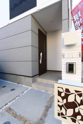 湘南エリアらしい、リーフデザインの玄関ポストがなんともかわいらしいですね。  玄関は、防犯面も考慮したカードキータイプです。