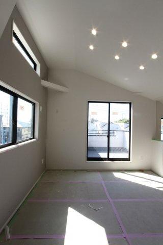 【内装工事進行途中】広々ゆとりある20.2帖のリビング。照明は天井に埋め込むタイプのダウンライト。ダウンライトはほこりが溜まりにくく、天井掃除の手間が省け、メンテナンスも楽々です。