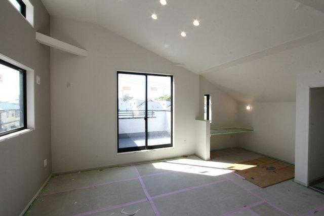 広々20.2帖のリビング。照明は天井に埋め込むタイプのダウンライト。ダウンライトはほこりが溜まりにくく、天井掃除の手間が省け、メンテナンスも楽々。家族が集まるくつろぎの空間をお洒落に演出します。
