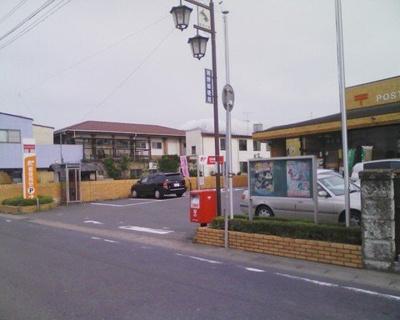 明野郵便局まで879m