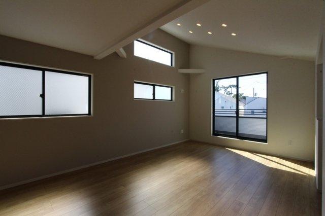 広々ゆとりある19帖のリビング。照明は天井に埋め込むタイプのダウンライト。ダウンライトはほこりが溜まりにくく、天井掃除の手間が省け、メンテナンスも楽々。家族が集まるくつろぎの空間をお洒落に演出します。