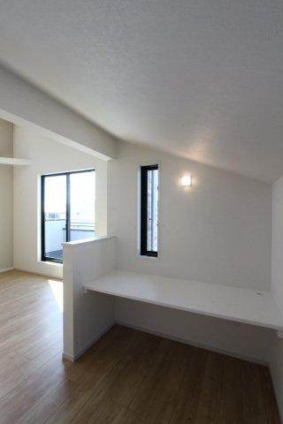 リビング横にユーティリティスペースがございます。家事スペースとしてやプライベートな空間としてなど多様に使えますよ。