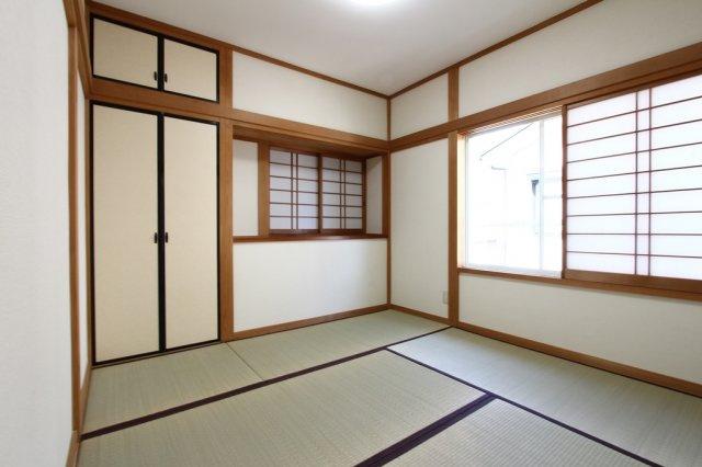 4.5帖の和室は押入がついておりますので、来客用のお布団などを収納できますよ。2面採光ですので、採光も入りやすく明るい印象です。