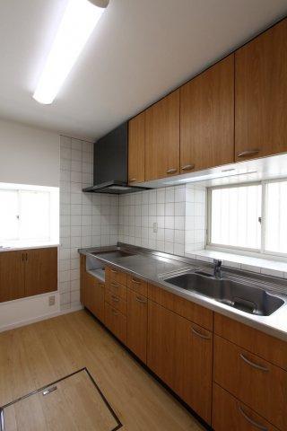 キッチンには大きな窓がついておりますので、換気や採光とりに便利。明るい陽射しを感じながら、お料理も◎収納豊富なキッチンでお料理の幅も増えそうですね。