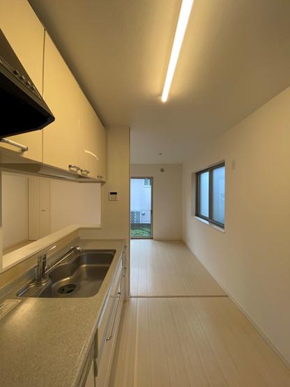 システムキッチンは3ツ口コンロと食器洗浄乾燥機付きで、毎日の家事も効率よく行えます。使いやすい3ツ口コンロキッチンはカウンター式。