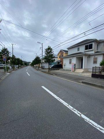 車通りも少なく歩道があるので、ご高齢者や小さなお子様にも安心の立地。バス停まで2分と通勤通学にも便利ですよ。