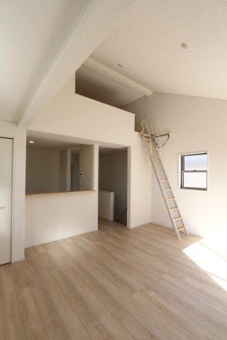 勾配天井を施した開放感に満ちるリビング上部には、ロフトスペースが設けられております。 季節用品や常備品のストックなど収納スペースとしても重宝しますよ。空間を最大限に活かした間取りにもご注目です◎
