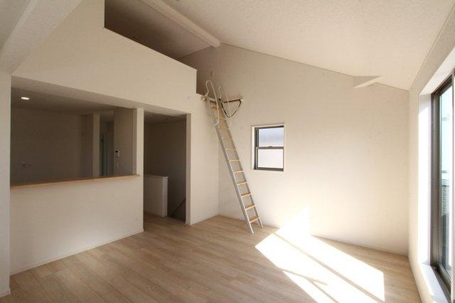 ロフトには固定階段がついており、使わない時は階段を壁面に固定収納出来、リビングを広く有効活用出来ます◎ 2階リビングで陽当たり良く、風通しも良好なので窓を開ければ湘南の風が吹き抜けますよ!!