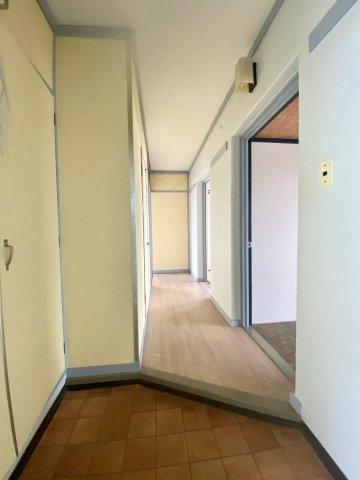 玄関には大きな収納ボックスがあるので、靴が増えても安心。いつでも玄関ホールは気持ち良い空間に。奥のお部屋から明かりが差し込む玄関ホールは気持ち良いスペースとなっております。