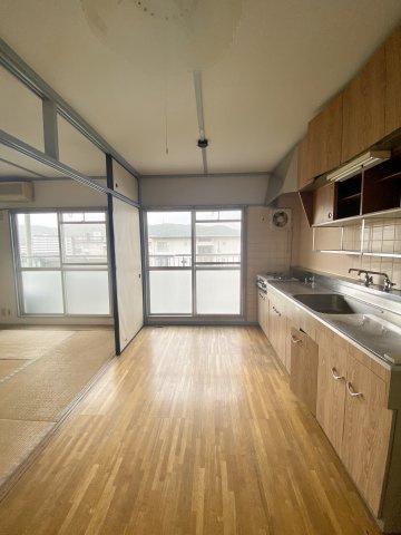 木目調が落ち着くダイニングキッチン。大きな窓があるので、熱がこもりやすいキッチン周りは、換気もできてうれしいポイントです。