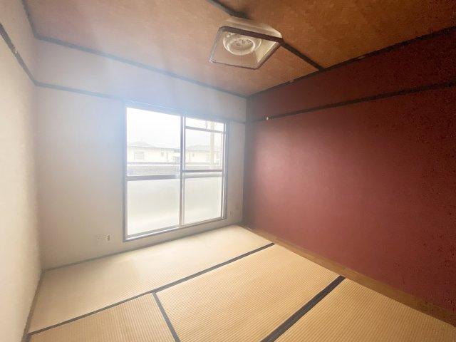 3wayバルコニーとなっておりお布団を干す際もとても便利です。4.5帖の和室には大きな押入があるので、かさばる季節家電なども楽々収納できてうれしいポイントですね。