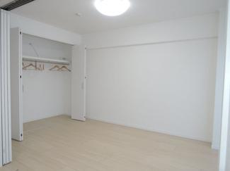 約6帖の寝室です。陽当たり良好です。