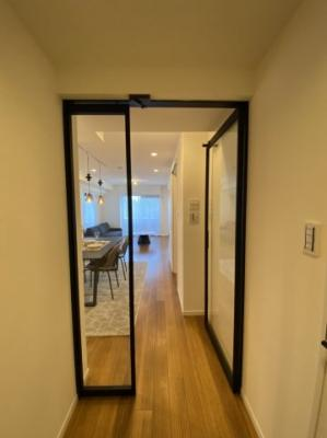 玄関とリビングの間の扉はガラス張りです