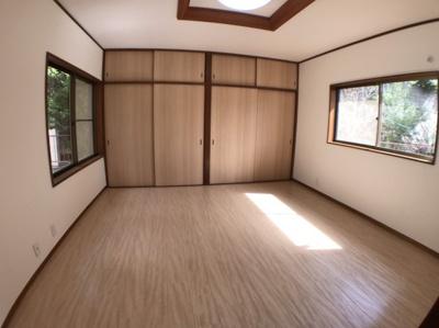 2階約8帖の洋室の写真です♪ 北側南側両方からの日当たり、通風良好ですよ♪