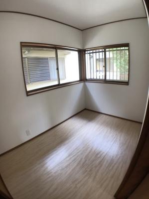 2階約3帖の洋室の写真です♪ 2面採光の為とても明るいですよ♪