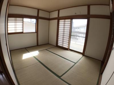 2階約6帖の和室の写真です♪ 南側バルコニーからの日当たり良好ですよ♪